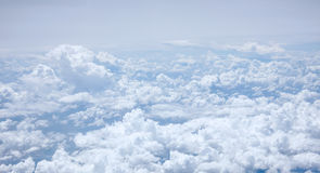 Der blaue Himmel und die flaumigen weißen Wolken Stockfoto