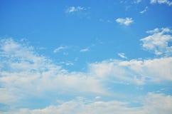 Der blaue Himmel und die weißen Wolken Stockfotografie