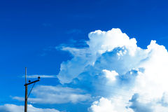 Der blaue Himmel und die Wolke am Abend Lizenzfreies Stockfoto