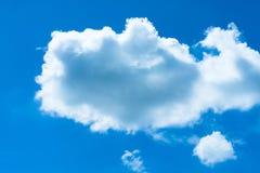 Der blaue Himmel und die Wolke am Abend Lizenzfreies Stockbild