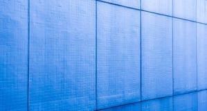 Der blaue Hintergrund ist ein Fliesenmuster, das tief schaut stockfotos
