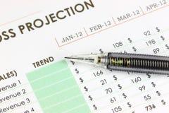 Der Bleistiftpunkt, zum des Textes auf Geschäftsdiagramm zu neigen. Lizenzfreie Stockfotos