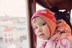 Der Blick des neugierigen Mädchens Stockfotografie