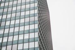 Der Blickwinkel des schönen modernen futuristischen Gebäudes Geschäftskonzept der erfolgreichen industriellen Architektur lizenzfreies stockfoto