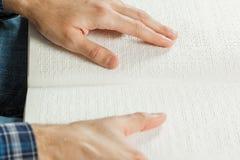 Der Blinder las ein Buch, das auf Blindenschrift geschrieben wurde Berühren Sie Ihr Lizenzfreie Stockfotografie