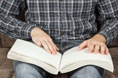 Der Blinder las ein Buch, das auf Blindenschrift geschrieben wurde Berühren Sie Ihr Lizenzfreies Stockbild