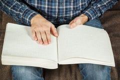 Der Blinder las ein Buch, das auf Blindenschrift geschrieben wurde Berühren Sie Ihr Lizenzfreies Stockfoto
