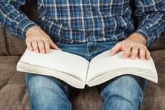 Der Blinder las ein Buch, das auf Blindenschrift geschrieben wurde Berühren Sie Ihr Stockfotografie