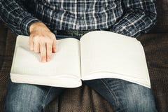 Der Blinder las ein Buch, das auf Blindenschrift geschrieben wurde Berühren Sie Ihr Stockfotos