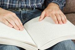 Der Blinder las ein Buch, das auf Blindenschrift geschrieben wurde Berühren Sie Ihr Stockbild