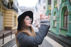 Der Blogger fotografierte die Stadt Stockbilder