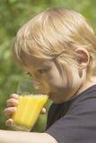 Der blonde Junge trinkt Lizenzfreie Stockbilder