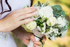 Der Blumenstrauß der Braut, Braut hält einen Blumenstrauß in einem Heiratskleid lizenzfreies stockfoto