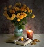 Der Blumenstrauß, das Buch und Plätzchen Stockfoto