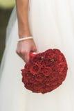Der Blumenstrauß der Braut von roten Rosen stockfoto