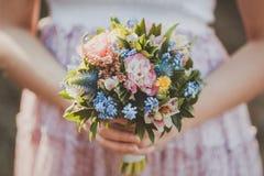 Der Blumenstrauß in der Hand stockfoto