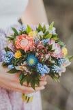 Der Blumenstrauß in der Hand stockbild