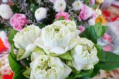 Der Blumenstrauß des weißen Lotos an verwischt von der rosa Gartennelke und von der weißen Chrysantheme als Hintergrund lizenzfreies stockfoto