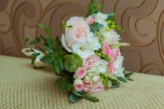 Der Blumenstrauß der schönen Braut von rosa Rosen und von weißen Blumen am Hochzeitstag stockfoto