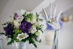 Der Blumenstrauß und die Ringe der Braut Stockfoto