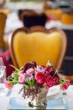 Der Blumenstrauß von roten und rosa Rosen, von Pfingstrosen mit Trauben und von Granatäpfeln in der niederländischen Art Lizenzfreie Stockbilder