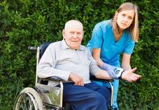 Der Bluthochdruck der alten Leute Stockfoto
