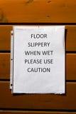 Der Boden, der glatt ist, wenn naß, benutzen Vorsichtzeichen Stockbild