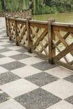 Der Boden mit hölzerner Leitschiene im Park Stockbilder