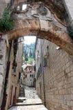 Der Bogen in der alten Stadt Stockbild