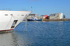 Der Bogen eines Bootes am Anker mit vielen Festmachern Lizenzfreie Stockfotografie