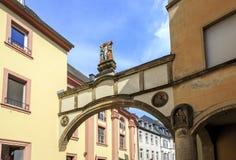 Der Bogen mit dem Kreuzigung Trier Stockbilder