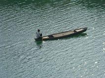 Der Bootsmann, denkend beim Fahren Stockbild