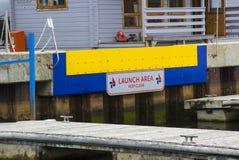 Der Bootsprodukteinführungsbereich an Lymington-Hafen auf der Südküste von England Boote werden durch Kran direkt weg vom Kai int Stockfotos
