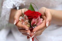 Der Boutonniere des schönen Bräutigams Stockfotos