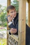 Der Bräutigam betrachtet jemand - ein Porträt stockfotos