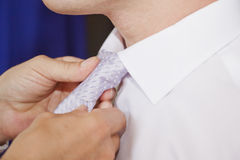 Der Bräutigam, der für die Hochzeit, die Bindung binden sich vorbereitet Lizenzfreie Stockfotografie