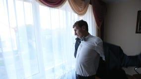 Der Bräutigam geht zur Hochzeitszeremonie stock video footage