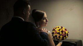 Der Bräutigam kommt zur Braut in einer Dunkelkammer stock footage