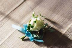 Der Bräutigam ` s Blumenstrauß liegt auf dem Boden a Stockfotografie