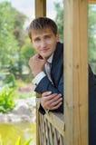 Der Bräutigam schaut beiseite - ein Porträt Stockbild