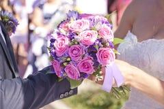 Der Bräutigam trägt eine Ringbraut Stockbild