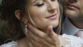 Der Bräutigam umfasst leicht den Braut ` s Hals und das Küssen sie in der Backe stock video