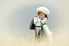 Der Bräutigam und der Brautkuß unter Sommersonne Stockbild