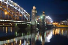 An der Brücke von Nacht Peter der Großes Juli St Petersburg Stockbilder