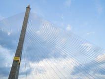 Der Brückenbau auf blauem Himmel Stockfotografie