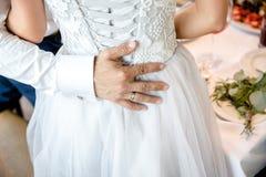 Der Br?utigam umarmt die Braut stockbild