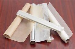 Der Bratschläuche und Aluminiumfolie des Pergamentpapiers, für Hausgebrauch lizenzfreies stockfoto