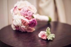 Der Braut ` s Blumenstrauß und der Boutonniere Stockfoto