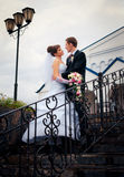 Der Braut- und Bräutigamblick auf einander Lizenzfreie Stockfotografie
