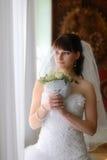 Der Brautblick auf Fenster Stockfoto